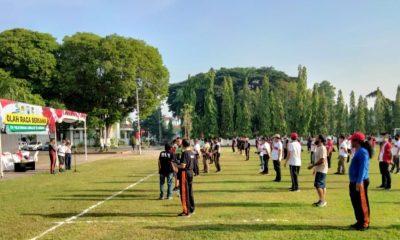 Pemkab, TNI-Polri dan rekan wartawan se-Kabupaten Jombang saat pelaksanaan olah raga bersama yang dipusatkan di Lapangan Kantor Pemkab Jombang.